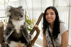 Turist med koalan royaltyfri foto