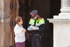 Turist med polisen royaltyfria bilder