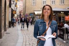 Turist med resehandboken royaltyfri bild