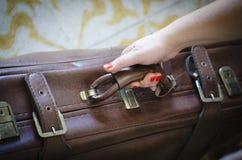 Turist med retro italienare för gammal resväskatappningstil Arkivbild
