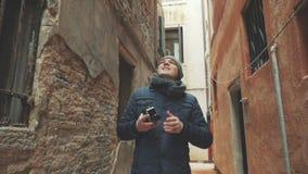 Turist med retro skjuta för kamera som är utomhus- in stock video