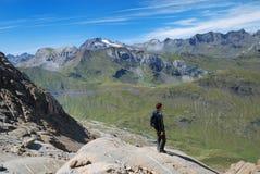 Turist mot de gröna bergen. Arkivfoto