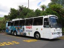 Turist- motorcoach under sommaren i Nya Zeeland Royaltyfria Bilder