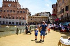 turist nära Palazzo Publico i det Piazza del Campo stadshuset av Siena, Tuscany, Italien arkivfoto
