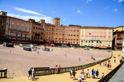 turist nära Palazzo Publico i det Piazza del Campo stadshuset av Siena, Tuscany, Italien royaltyfria foton