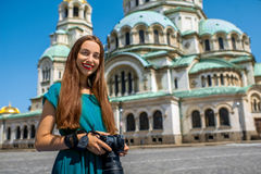Turist nära Sten Alexander Nevsky Cathedral Arkivfoto
