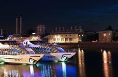 Turist- nöjeyachter på Moskvafloden Arkivbilder