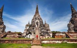 Turist- near forntida tempel i Thailand Royaltyfri Foto