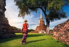 Turist- near forntida tempel i Thailand Arkivbilder