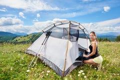Turist- near fotvandra f?r kvinna i bergslingan som tycker om solig morgon f?r sommar i berg, t?ltet royaltyfria bilder
