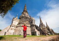 Turist- near gammal tempel i Thailand Royaltyfria Bilder