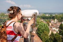 Turist- observerande Lucca gammal stadcityscape till och med turistteles Arkivbild