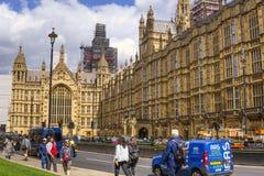 Turist och bilar framme av Westminster hus av parlamentet Royaltyfria Bilder
