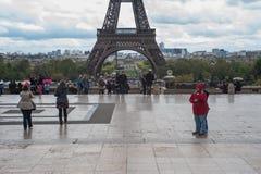 Turist och Eiffeltorn Royaltyfria Foton