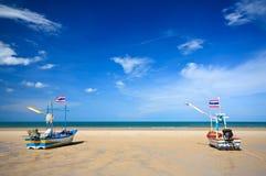 Turist och fiskebåtar på stranden Fotografering för Bildbyråer