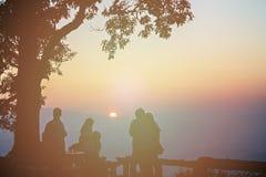 Turist- och stort träd silhouetted med att bedöva solnedgång Royaltyfri Foto