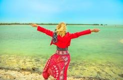 Turist på Al Thakira Mangroves royaltyfri foto