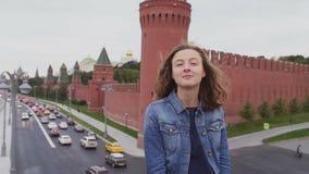 Turist på att le för lopp och hår som fladdrar i vinden lager videofilmer
