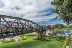 Turist på bron av floden Kwai Arkivbild