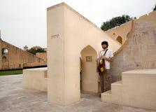 Turist på den forntida astronomiska observatoriet Royaltyfri Bild