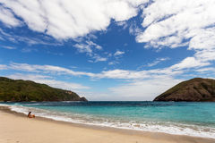 Turist på den Mawun stranden royaltyfri bild