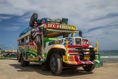 Turist på en färgglade Jeepney Arkivfoto