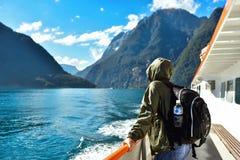 Turist på ett fartyg i en fiord royaltyfri foto