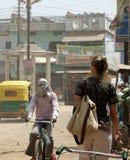 Turist på gator i Varanasi, Indien Arkivfoton
