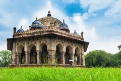 Turist på gravvalvet för trädgård för Isa Khan ` s, Delhi, Indien Royaltyfria Foton