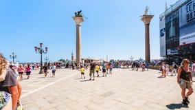 Turist på piazza San Marco i Venedig fotografering för bildbyråer