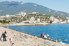 Turist på strand av den Yalta staden i Krim Fotografering för Bildbyråer