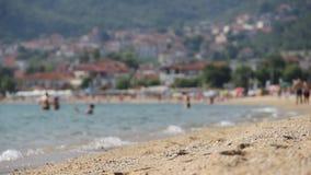 Turist på stranden stock video