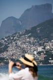 Turist på stranden i Rio de Janeiro royaltyfri foto