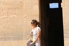 Turist på templet av den Horus guden Royaltyfri Bild