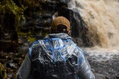Turist på vattenfallet royaltyfri fotografi