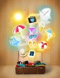 Turist- påse med färgrika sommarsymboler och symboler Fotografering för Bildbyråer