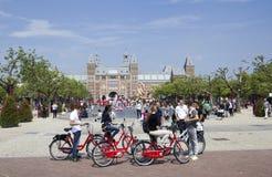 Turist på Amsterdam Rijksmuseum Arkivfoto