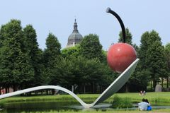 Turist- par av skeden och Cherry Sculpture Royaltyfri Fotografi