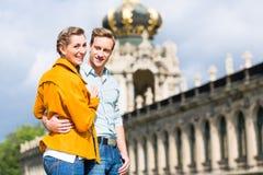 Turist- par i Dresden på den Zwinger slotten royaltyfri bild
