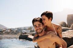 Turist- par i romantiskt lynne utomhus på en ferie royaltyfria foton