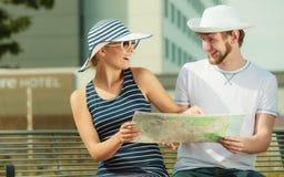 Turist- par i staden som upp ser riktningar på översikt Arkivbilder