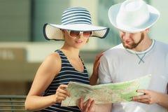 Turist- par i staden som upp ser riktningar på översikt Royaltyfria Foton