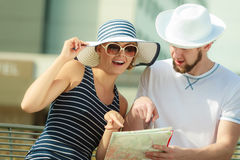 Turist- par i staden som upp ser riktningar på översikt Royaltyfri Bild