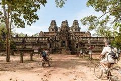 Turist- par som cyklar runt om den Angkor templet, Cambodja Byggnad f?r Ta Keo f?rd?rvar i djungeln Eco v?nlig turism som reser,  arkivbilder