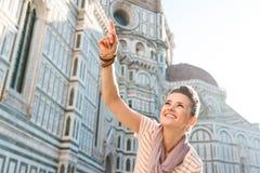 Turist- peka för kvinna på något nära duomoen, Florence Arkivbilder