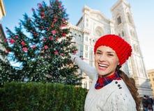 Turist- peka för kvinna på traditionellt julträd i Florence Arkivbild