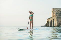 Turist- praktiserande skovellogi för ung härlig europeisk kvinna, Alanya, Turkiet arkivfoto