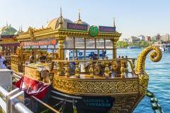 Turist- restaurang i ett historiskt östligt skepp i Istanbul Arkivfoto