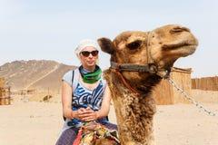 Turist- ridning för ung caucasian kvinna på kamel Royaltyfria Foton