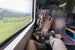 Turist- ridningdrevfot på platsen, ryggsäck, regnigt väder Royaltyfria Bilder